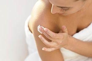 Нанесение тонкого слоя мази на кожу в области плеча