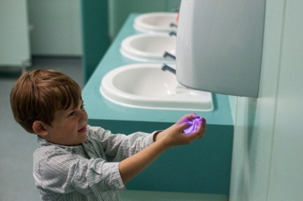 Ребенок сушит руки