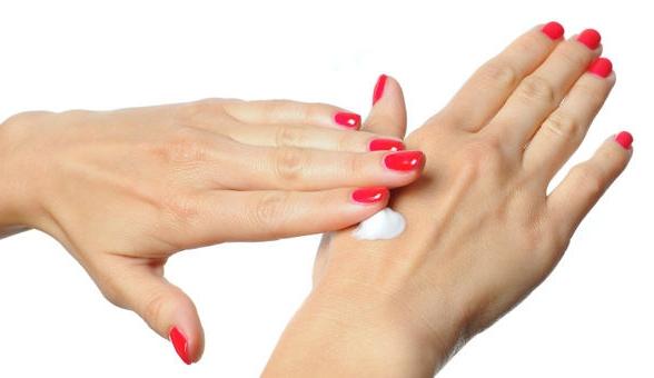 Нанесение крема от болезней кожи на руках